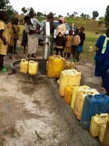 The Water Project : rwanda3067-queue