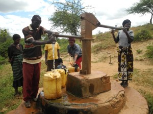 The Water Project : kenya4301-10-members-fetch-water-from-an-old-community-well