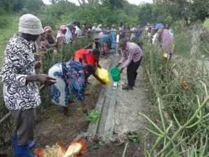 The Water Project : uganda6057-16-community-at-work