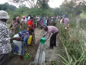 The Water Project : uganda6057-17-community-at-work