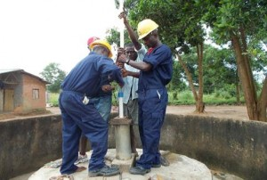 The Water Project : sierraleone5059-10-pump-installation