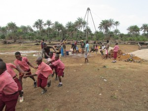 The Water Project : sierraleone5070-35-manual-yield-testing-students-helping