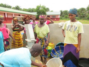 The Water Project : sierraleone5070-57-pumping-safe-water