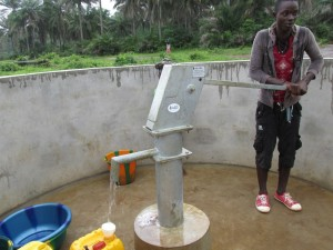 The Water Project : sierraleone5070-63-pumping-safe-water