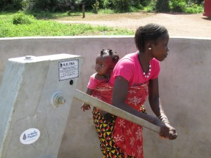 The Water Project : sierraleone5070-96-pumping-safe-water