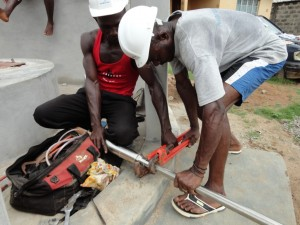 The Water Project : sierraleone5068-25-installation