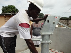 The Water Project : sierraleone5068-30-installation