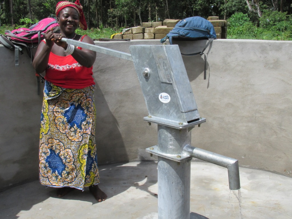 The Water Project : sierraleone5076-43-pumping-water