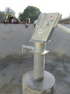 The Water Project : sierraleone5075-54-pump-installation