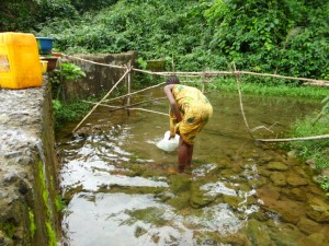 The Water Project : 3-sierraleone5097-alt-water-source-fetching-water-1