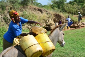 16-kenya4475-fetching-water