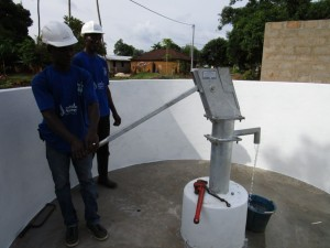 The Water Project : 25-sierraleone5086-pump-installation