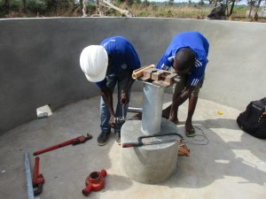 The Water Project : 30-sierraleone5083-pump-installation