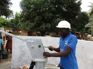The Water Project : 20-sierraleone5088-pump-installation