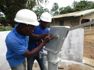 The Water Project : 25-sierraleone5082-pump-installation