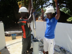 The Water Project : 40-sierraleone5091-pump-installation