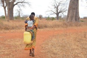 The Water Project : 22-kenya4499-fetching-water