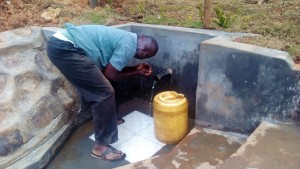 The Water Project : 30-kenya4704-protected-spring