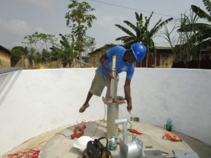 The Water Project : 50-sierraleone5103-pump-installation