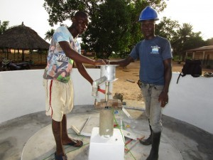 The Water Project : 46-sierraleone5106-pump-installation