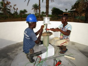 The Water Project : 47-sierraleone5106-pump-installation