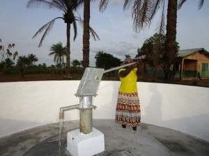 The Water Project : 50-sierraleone5106-pump-installation