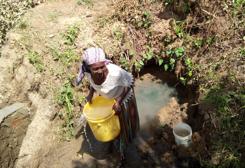 8 kenya4717 woman fetching water during construction